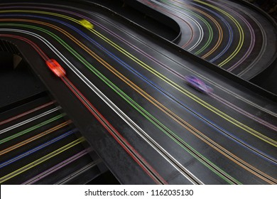 """Rennen Sie auf einer 8-spurigen """"Blue King"""" Automobil-Strecke mit 3 Rennwagen. Diese Art von Strecke ist für Weltrekorde im 1:24-Skala-Rennen anerkannt."""
