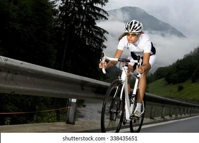 Rennmodell oder Sportler stürzt in den Abgang der Giro Italia