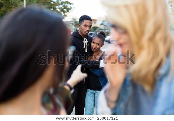 Racismo - matan a pareja negra, la gente les señala con el dedo