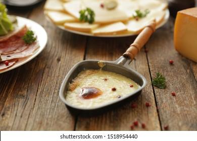 raclette, fromage au salami, bacon et salade
