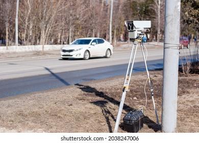 Radar misst Geschwindigkeit auf der Straße in der Stadt.