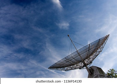 radio anthenna pointing to the sky, receiving signals from the universe