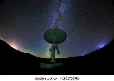 Radioteleskope und die Milchstraße nachts