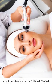 Radio wave face lifting in a cosmetology clinic photo. Skin treatment. Hardware cosmetology. Physiotherapy in cosmetology photo.