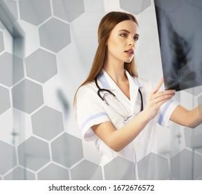 Radiologue regardant une radio