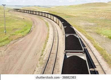 mit Kohle beladene Eisenbahnwagen, die von nahegelegenen Bergwerken zu Kraftwerken in Wyomomo transportiert werden