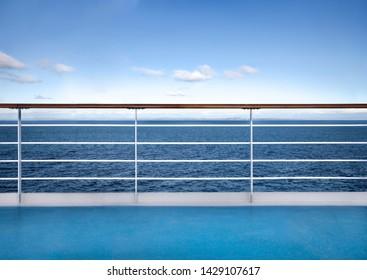 Reiten des Kreuzfahrtschiffes Deck gegen Jahreszeit. Reisekonzept-Hintergrund