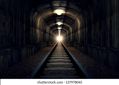 Железнодорожный туннель со светом в конце. Может представлять достижение ваших целей, преодолевая проблемы и препятствия или просто представлять именно то, что вы можете видеть - старый туннель.