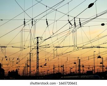 Bahnstromleitungen in München bei Sonnenuntergang