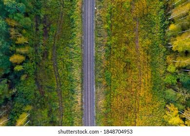 Eisenbahnstrecke durch Herbstwald, Draufsicht