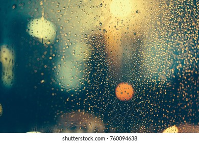 Rain fell on the car Windows, and through the Windows was a hazy night view of the city