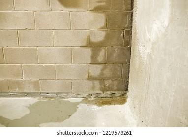Regenwasserlecks an der Wand, die Schäden verursachen