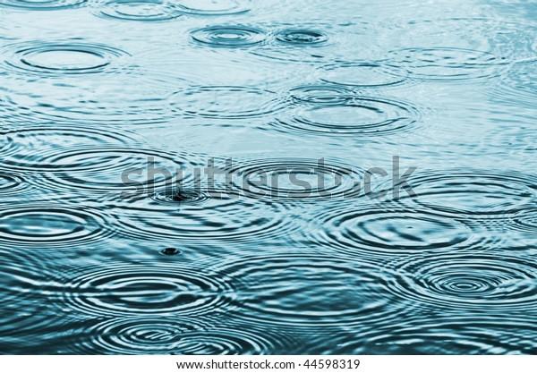 Regentropfen auf dem Wasser