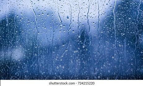regenachtige dagen regen druppels op het raamoppervlak