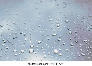 Regenwetter. Regenfälle und -strahlen auf Glas, Nahaufnahme