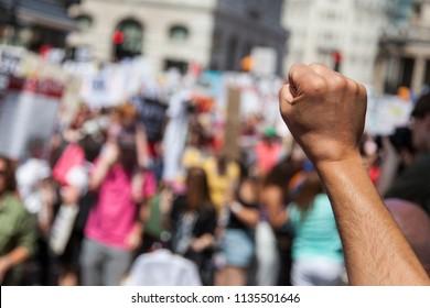 Un pugno alzato di un manifestante in una manifestazione politica