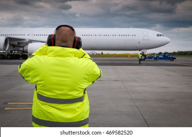 Ramp supervisor monitor situation during pushback of aircraft