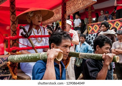 RANTEPAO, TORAJA, SULAWESI, INDONESIA - OCT 20,2009: a sedan with the simulacrum of the deceased is carried in procession during a funeral Toraja, near Rantepao on 20 oct 2009.
