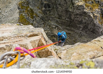 Rappel - The climber overcomes a vertical fault with a rope.
