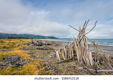 Rarangi Beach, Blenheim, Marlborough, New Zealand: Empty sandy beach perfect for walking relaxing or swimming with best friend at cloudy sky day with the mountain range of world famous wine region