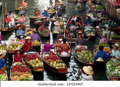 RATCHABURI, THAILAND - JANUARY 1  : Floating markets on January 1, 2013 in Damnoen Saduak,Ratchaburi Province, Thailand. Until recently, the main form of trade, now mostly a tourist attraction.
