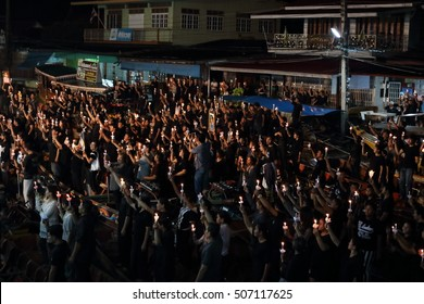 Ratchaburi,Thailand - October 29,2016 : Thai people singing the anthem and hold the candles on the boat pray for his Majesty King Bhumibol Adulyadej's  at Damnoen Saduak canal