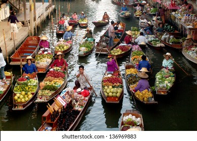 RATCHABURI,THAILAND-JAN 2013  : Local peoples sell fruits,food and products  at Damnoen Saduak floating market,on Jan 1,2013 in Ratchaburi,Thailand.Dumnoen Saduak is a very popular tourist attraction.