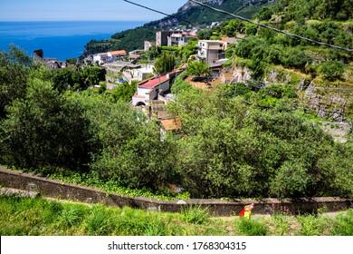 Ravello, Italien - Die Wanderroute von Scala nach Ravello an der Küste von Amalfi richtet sich sowohl an Experten als auch Anfänger: etwa 10 km Pfade zwischen den kleinen Bergdörfern und dem Meer