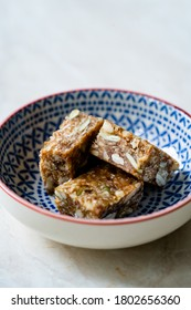 Morsures brutes aromatisées avec des fruits de date, des graines de citrouille, des graines de tournesol et de noix de coco râpées.