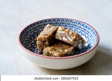 Morsures brutes aromatisées avec des fruits de date, des graines de citrouille, des graines de tournesol et de noix de coco râpées. Des Collations Biologiques Saines.