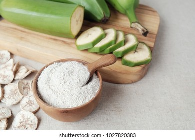 Raw and dried green bananas, plantain flour, resistant flour, prebiotic food, gut health