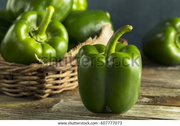生の緑色の有機ベルピーマンが調理可能