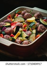 boulettes de viande crue et légumes hachés