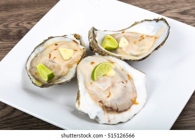Raw oysters with lime and sliced garlik