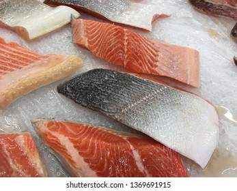 Raw salmon fish that have been sliced ​​and placed on ice.