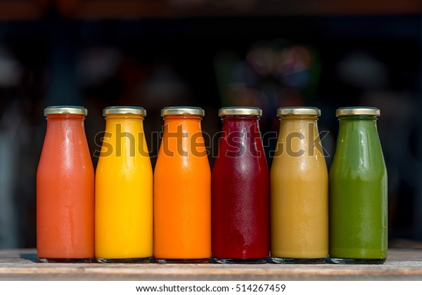ガラスびんに入った生の野菜と果物の汁