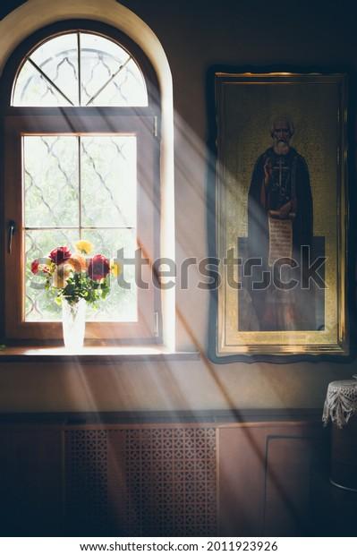 rays-light-fall-window-church-600w-20119