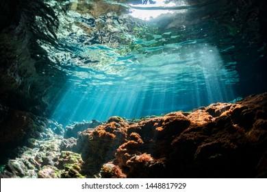 Rayons de lumière du soleil dans la grotte sous-marine