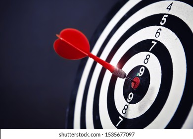Rea arrow in the center of the dart board Shows the concept of business goal setting.