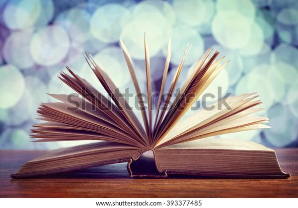 Lesen, Erzählen von Geschichten und Bildungskonzept oder Bibel und Religion