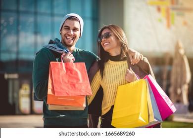 Bereit für das Wochenende. Kleines Paar beim Einkaufen.