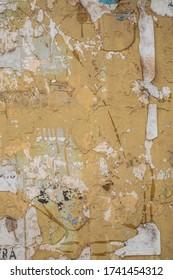 Véritable vieille texture de paroi fissurée jaune