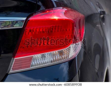 Задние фары красной машины