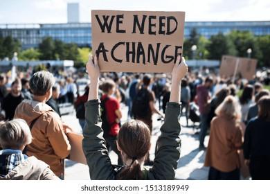 Rückblick auf Menschen mit Plakaten und Plakaten im globalen Streik für den Klimawandel.
