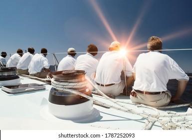 Rückansicht der Segelmannschaft mit Linsenflare