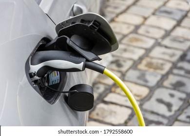 Aufladen eines Elektroautos mit Stecker und Kabel