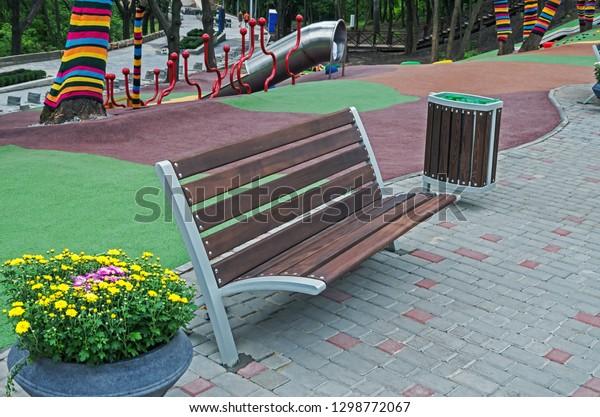 recreation-area-bench-flower-pot-600w-12