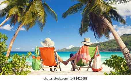 actividades recreativas en la playa tropical, con tumbonas en la arena