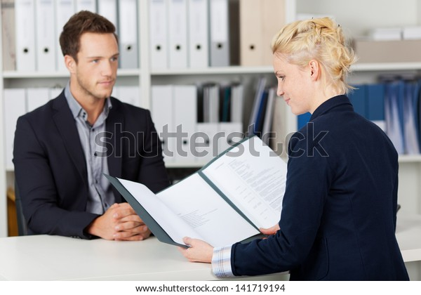Rekrutierer und männlicher Kandidat während eines Bewerbungsgesprächs