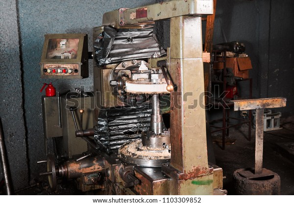 Rectifying engine machine in a shop